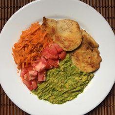 """Mais um prato da série """"feito em 15 minutos"""" 😂 Temperei o frango e coloquei na frigideira tampada e enquanto ele ficava pronto, amassei e temperei 1/4 de abacate, piquei e temperei o tomate e ralei a cenoura. Depois só tirei o frango da panela, coloquei no prato e prontinho! Sem desculpas 😋 #almoço #lunch #healthy #postreino #smarc66 #tips4life #pratododia #lchf #lowcarb #gorduraboa #abacate #nutrition #vidasaudavel #eatclean #nutricao #food #comida #pretreino #projetoverao #foco #dieta…"""