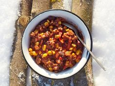 This super-easy and yummy trail chili has to be one of the best dishes to serve on a backpacking trip. Dehydrated Backpacking Meals, Backpacking Food, Dehydrated Food, Ultralight Backpacking, Food To Take Camping, Camping Meals, Camping Recipes, Camping Dishes, Recipes