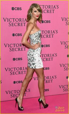 Taylor Swift Has Legs For Days on Victoria's Secret Fashion Show Pink Carpet