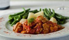 Avant tout, je dois vous l'avouer : mon père n'est pas basque. Pourtant, il maîtrise incroyablement quelques recettes du Sud-Ouest et le poulet basquaise est certainement l'une de celles qu'il réussit le mieux. Avec le temps, il l'a revisitée… améliorée… C'est donc un privilège que l'on vous offre aujourd'hui : une recette de famille. C'est un plat qui sent bon le soleil, avec ses tomates et poivrons mijotés… Lancez-vous et l'été viendra directement dans votre cuisine ! Ingrédients pour 4…