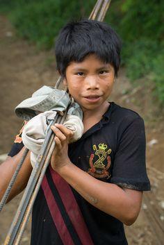 Niño indígena cargado barras de hierro para la construcción del colegio. Los adultos llevaban las más pesadas. Aquel día fue una fiesta, todos ganarían unos dólares tan necesarios en sus humildes existencias.