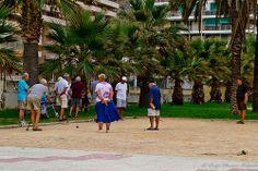 Gente jugando a la petanca