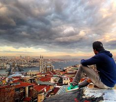 A hidden gem somewhere on the rooftops in Old Town Istanbul became an official tourist attraction as the views are breathtaking! People are lining up to get this picture!  #traveltheworld#travelbug#travelblog#travelphoto#travellife#travelpics…