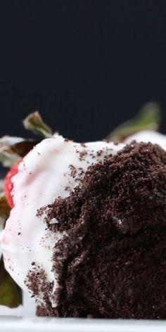 Morango recheado e coberto de chocolate branco e farofa de Oreo