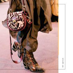 Foco no mix de estampas, detalhadas por metais dourados, combinadas nos acessórios luxuosos da coleção FW18 Runway Chloe, com assinatura de Natacha Ramsay-Levi! Quem aí também ama a moda parisiennse? Chloe, Mix, Longchamp, Tote Bag, Bags, Instagram, Fashion, Metals, Shoes