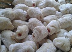 Cornulete fragede cu bere, gata in 15 minute! Biscotti, Pavlova, Deserts, Food And Drink, Cooking Recipes, Sweets, Bread, Homemade, Cookies
