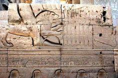 La figura del león es muy frecuente en la iconografía egipcia. Se encuentra desde el predinástico, permaneciendo a lo largo de toda la historia del Egipto faraónico para encarnar a algunas divinidades y al propio rey, al cual encontramos con frecuencia practicando la caza de este felino como método de representar la dominación contra las fuerzas agresivas