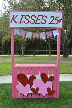 Valentine's Day kissing booth Valentine Day Kiss, Valentines Day Memes, Valentines Day Photos, Valentines Gifts For Boyfriend, Valentines Day Decorations, Valentines Diy, Saint Valentine, Photos Saint Valentin, Saint Valentin Diy