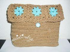 Olá pessoal! Uma bolsa em crochet, maior, nas cores castanho e rosa. Esta bolsa feita em voltas circulares de paus altos e malha baixa e com três quadradinhos que fazem a parte da aba que fecha a bolsa. ENCOMENDE CLICANDO AQUI!  Para fazer o fechamento da bolsa, três quadrad