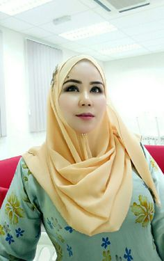 PRETTY MUSLIMAH Arab Girls Hijab, Girl Hijab, Muslim Girls, Hijab Outfit, Beautiful Muslim Women, Beautiful Hijab, Pretty Asian Girl, Beautiful Asian Girls, Moslem