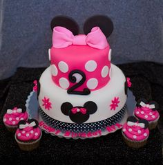 Minnie Mouse Birthday Cake @Kendal Carrillo Parker Noe What would I have to do to get you to make this for Aubby's 1st birthday?!