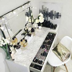 Penteadeira linda e com muito espaço pra organizar maquiagem.