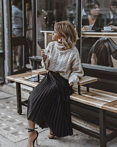 The pleated midi skirt - Stylée.fr - - La jupe midi plissée 🖤 How to wear your pleated midi skirt? Tips and ideas on outfits stylee.fr / … Here: Pleated midi skirt + sweater + sandals # JupeMidiPlissée skirt # TenueJupePlissée # # - Trendy Fashion, Girl Fashion, Fashion Looks, Fashion Outfits, Womens Fashion, Fashion Trends, Style Fashion, Fashion Heels, Fashion 2018