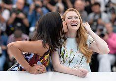 Pin for Later: On ne se lasse pas de ces sublimes photos du festival de Cannes !  Rosario Dawson et Mireille Enos, sa partenaire à l'écran dans Captive.