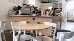 Lovely downtown coffee shop in Montreal . La Finca Café and bureau. Latte Art, Montreal, Coffee Shop, Clock, Instagram Posts, Table, Furniture, Home Decor, Coffee Shops
