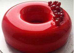 A receita não é difícil, basta saber os truques certos. E estes resumem-se a uma palavra: gelatina. Aprenda o passo a passo de como fazer bolo de vidro.