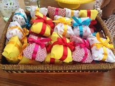 """""""Bom dia!! Com a alegria das cores desses bolinhos embalados para presente!! Agradeço a todo carinho que recebo diariamente por aqui! Vou postar mais…"""""""