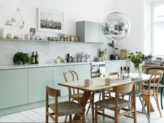 Small kitchen design planning is important since the kitchen can be the main focal point in most homes. We share collection of small kitchen design ideas Eat In Kitchen, Kitchen Dining, Kitchen Decor, Kitchen Modern, Kitchen Ideas, Kitchen Chairs, Room Kitchen, Dutch Kitchen, Timber Kitchen