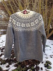 White top stripe, makes neckline seem wider. Ravelry: Norwegian Woods Sweater - Skogstjerne pattern by Katrine Hammer Fair Isle Knitting Patterns, Fair Isle Pattern, Knitting Designs, Knit Patterns, Norwegian Knitting, Norwegian Wood, Icelandic Sweaters, Nordic Sweater, Knitted Shawls