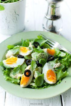 Sałatka z awokado, ogórkiem i jajkiem