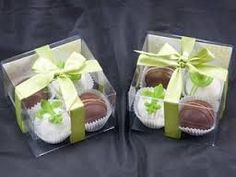 Cute idea for packaging Cake Pops Wedding Cake Pops, Wedding Favor Boxes, Wedding Cookies, Bakery Packaging, Cookie Packaging, Cadeau Client, Chocolate Wedding Favors, Chocolate Fountains, Edible Arrangements