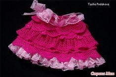"""Magnifique jupe rouge pour fille , ornée d'un jupon rose en dentelle , avec un pas à pas en images , trouvée sur le site de """" Liveinternet.ru/users/iraleo """" , accompagné de ses grilles gratuites ."""