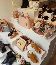 Showroom Interior Design, Boutique Interior Design, Shoe Store Design, Shoe Shop, Visual Merchandising Displays, Bag Display, Shoe Boutique, Shop Interiors, Shopping