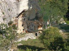 Maison troglotyde a buoux luberon guide touristique des alpes de haute provence