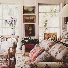 The charming home of Emilie and Ian Irvings was recently featured in The New York Times. Photo by Simon Watson. Looks so comfy!
