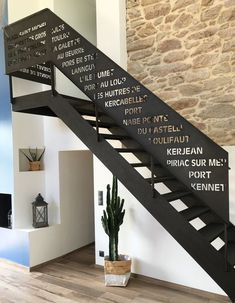 Excellent simple ideas for your inspiration Interior Stair Railing, Modern Stair Railing, Balcony Railing Design, Stair Handrail, Staircase Railings, Modern Stairs, Staircase Design, Porch Handrails, Porch Stairs