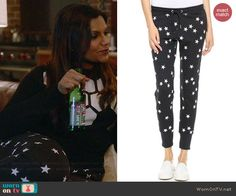 Mindy's black and white star print sweatpants on The Mindy Project.  Outfit Details: http://wornontv.net/41328/ #TheMindyProject