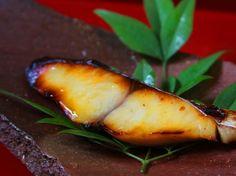 鰆白味噌焼き(西京焼き) - 菊井 光紀シェフのレシピ。淡白な鰆を味噌漬けにすることで、鰆の臭みが完全に抜け、濃い旨みと上品な味噌の風味がのります。 鰆を漬ける味噌床に、甘口の味噌と、砂糖ではなく「甘酒」を使うことで、上品な甘みと軽い仕上がりに。 この一工夫が、表にでない部分の隠し味です! ※漬け込む時間は、調理時間に含まれません。