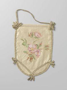 Anonymous | Enkel blad van een buidel van ivoorkleurig satijn, waarop in aquarel groene takken en roze bloemen, Anonymous, c. 1880 - c. 1890 | Enkel blad van een buidel van ivoorkleurig satijn, waarop in het midden in aquarel groene takken en roze bloemen en knoppen. Het blad is omboord met een gevlochten tresband van witte zijde en gouddraad, met onderaan een band in V-vorm en waar de banden kruisen een strik. De band loopt door in een hengsel aan de bovenkant. In een tunnel langs de…
