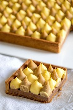 Recipe of passion pie Dulcey. It consists of a sweet dough, a crisp gianduja, a creamy passion fruit and a Dulcey ganache. Tart Recipes, Sweet Recipes, Dessert Recipes, Cooking Recipes, Sweet Pie, Sweet Tarts, Dessert Aux Fruits, Sweet Dough, Fancy Desserts
