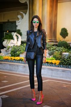 scarpin rosa...this is cute ! leather on leather black on black with neon shoes. yasss life
