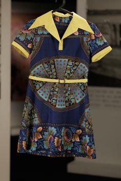 Vestido azul com apontamentos em amarelo e padrão com nuances africanas, de Ana Maria na série Depois do Adeus