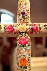 Cruz con flores pintadas