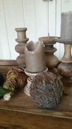 Oude houten kaarsenstandaards.