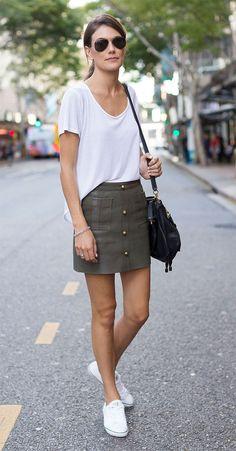 Street style look com tênis e saia.