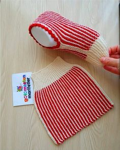 Very cute idea for knitted slippers Mode Crochet, Diy Crochet, Crochet Baby, Crochet Socks, Knitting Socks, Free Knitting, Crochet Clothes, Striped Slippers, Knitted Slippers