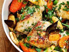 Tarjoa broileri-kasvispadan kanssa keitettyjä perunoita ja salaattia.