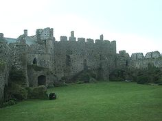 Manorbier Castle overlooking the Welsh southcoast Uk Bucket List, Welsh Castles, Castles To Visit, Castles In England, Mansions Homes, Places Of Interest, Old Buildings, Cathedrals, Palaces