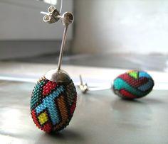 Sehr kleine Perlen sind hier zu einem komplexen Muster verarbeitet.  Die Stecker sind aus Silber925 handgefertigt.        Die Ohrringe, sind mit reiss