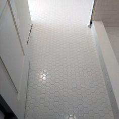 Top 60 Best Bathroom Floor Design Ideas - Luxury Tile Flooring Inspiration Grey Bathroom Floor, Best Bathroom Flooring, White Bathroom, Modern Bathroom, Tile Flooring, Floors, Home Design, Interior Design Guide, Interior Design Magazine