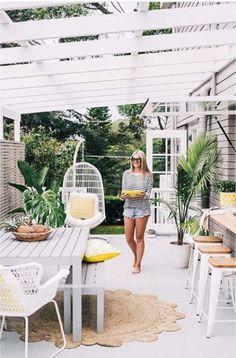Terras met grijze tuintafel en witte barkrukken - bekijk en koop de producten van dit beeld op shopinstijl.nl