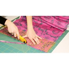 Como cortar la tela correctamente Picnic Blanket, Outdoor Blanket, Beach Mat, Singer, Home Decor, Girls Dresses Sewing, Sewing Rooms, Sewing Projects, Best Foundation