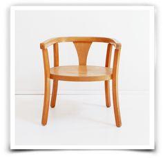 Petit fauteuil Baumann, années 40, tout en bois vernis patiné par le temps. L'assise est de forme ovale, le dossier tout arrondi.Pour un enfant, à partir de 18 mois environ. Dimensions: hauteur 32 cm x largeur 42 cm x profondeur 32 cmHauteur d'assise 19 cmRetrait sans frais : Entrez le code ATELIER à la fin de votre commande