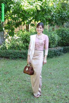 Spende an den Bischof . ရဟန္းခံ အလွဴေတာ္ မဂၤလာ ႏွင့္ တစ္ေန႔တာ ဆြမ္းအလွဴဒါန ျပဳလုပ္ခဲ့တဲ့ အိျႏၵာေက်ာ္ဇင္ Life is Beautiful - Myanmar Traditional Dress, Thai Traditional Dress, Traditional Fashion, Traditional Outfits, Traditional Dresses Designs, Myanmar Dress Design, Model Kebaya, Myanmar Women, Indian Gowns Dresses