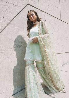 36 Modern Muslim Outfits Ideas For Eid Mubarak Pakistani Gharara, Pakistani Party Wear Dresses, Desi Wedding Dresses, Shadi Dresses, Eid Dresses, Indian Wedding Outfits, Pakistani Outfits, Indian Dresses, Indian Outfits