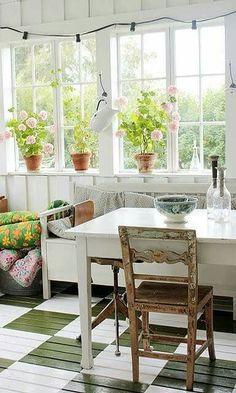 Vintage House: glass veranda and painted floor Ideas Cabaña, Casas Magnolia, Home Interior, Interior Design, Elsie De Wolfe, Casas The Sims 4, Sunroom Decorating, Decorating Ideas, Sweet Home